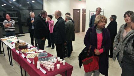 Les membres du Comité de programmation continuent d'échanger sur les projets au cours d'une dégustation de produits locaux